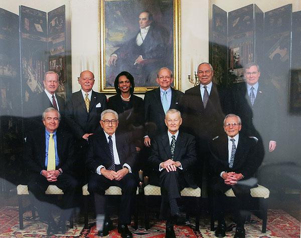 Советники президентов США по национальной безопасности. Бжезинский сидит справа от Киссинджера. Фото из кабинета Бжезинского